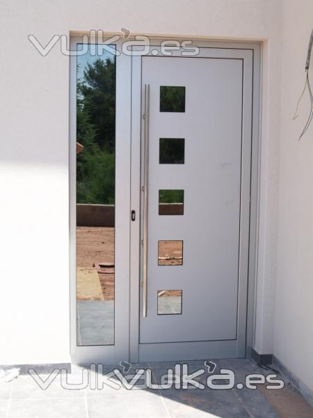 Foto puertas de calle de casas torres y chalets for Puertas principales para casas modernas