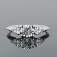 Diamante central con dos diamantes talla tri�ngulo