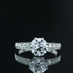 Anillo con diamantes central y diamantes en los brazos