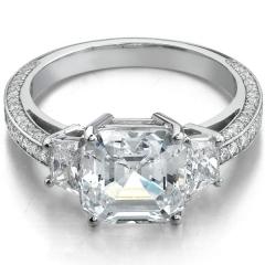 Sortija de diamantes con talla fancy de 4 ktes en el centro