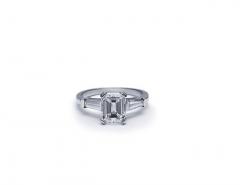 Anillo con diamantes talla esmeralda y diamantes talla