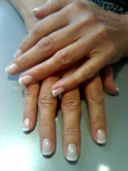 U�as de gel con manicura francesa