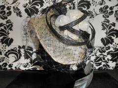 Tocado en rafia con pluma larga,rosas confecionadas con tela en seda adornada con aros en rafia negra