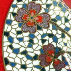 Detalle de decorado de centro de cristal reciclado. pintado a mano con oro , esmaltes y granilla.