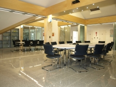 Tabiques de separaci�n y puertas correderas a medida para oficinas y salas de conferencia.