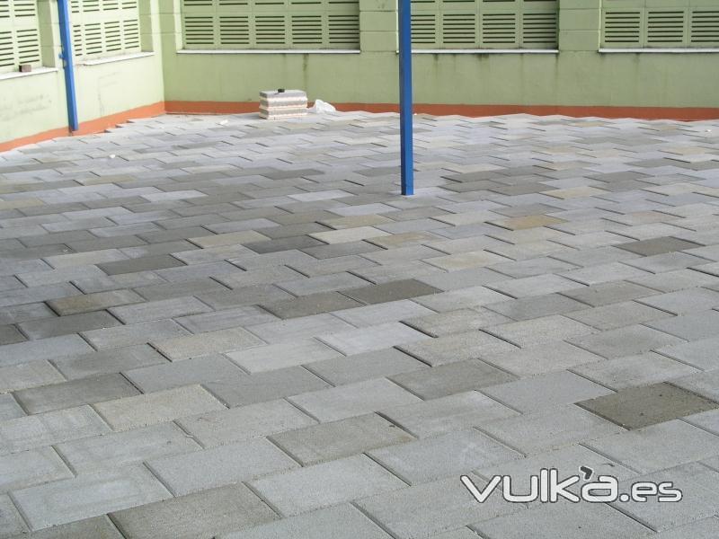 Foto terraza transitable terminada con baldosa filtrante for Piscina cubierta illescas