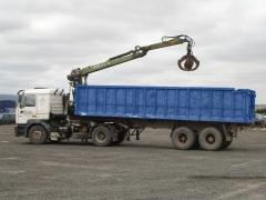 Camion con pulpo integrado para recoger material
