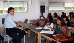 Alumnos participando en una clase abierta
