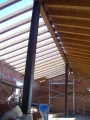 Construccio de teulada amb biga laminada.