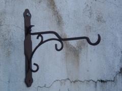 Colgador de forja para faroles u otro tipo de elementos decorativos.
