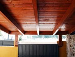 Cubierta de madera en garaje.
