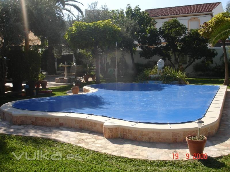Toldos sol y sombra for Fotos de piscinas cubiertas
