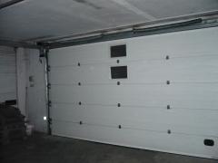 Puerta seccional para  camaras de maduraci�n, motorizada y con ventanillas.