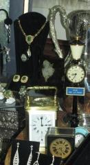 Detalle del escaparate de numinsa con relojes y piezas de brillantes y esmeraldas