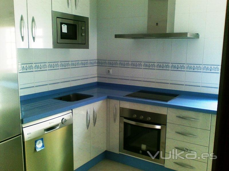 Foto cocina blanca brillo con dibujo y encimera celeste - Cocinas blancas brillo ...
