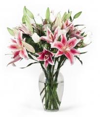 Rosas blancas y liliums stargaze