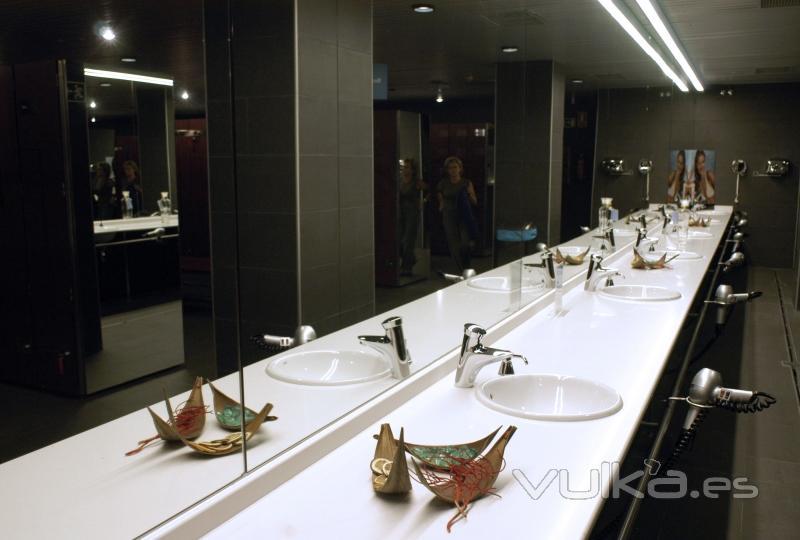 Foto vestuarios equipados con gel secadores de pelo y for Piscina 02 manuel becerra