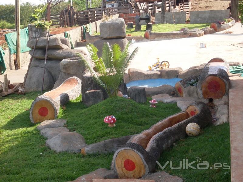 Foto asientos y jardineras troncos for Jardines con piedras y troncos