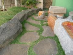 Paseo en piedra artificial