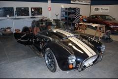 Vista frontal de cobra rl 427 y taller de racing legends