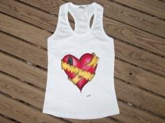 Camiseta mujer corazón. pintada a mano con pintura textil de alta calidad