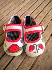 Zapatilla mariquita. pintada a mano con pintura textil de alta calidad