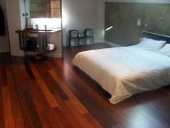 Suelo de tarima de madera en dormitorio