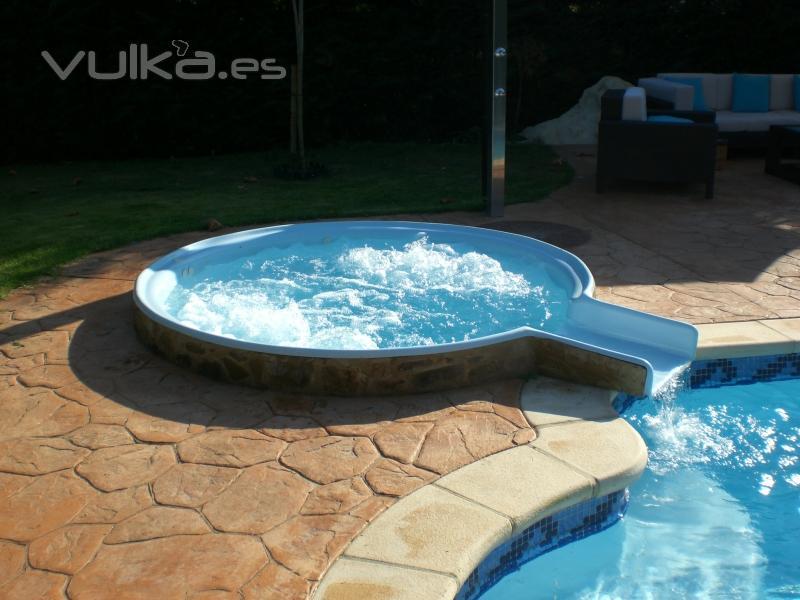 Foto jacuzzi modelo bubble 2 con cascada a piscina for Cascadas prefabricadas