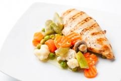 Pechuga de pollo con menestra de verduras