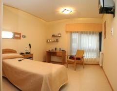Habitación individual con baño geriátrico complexo xerontolóxico o castro