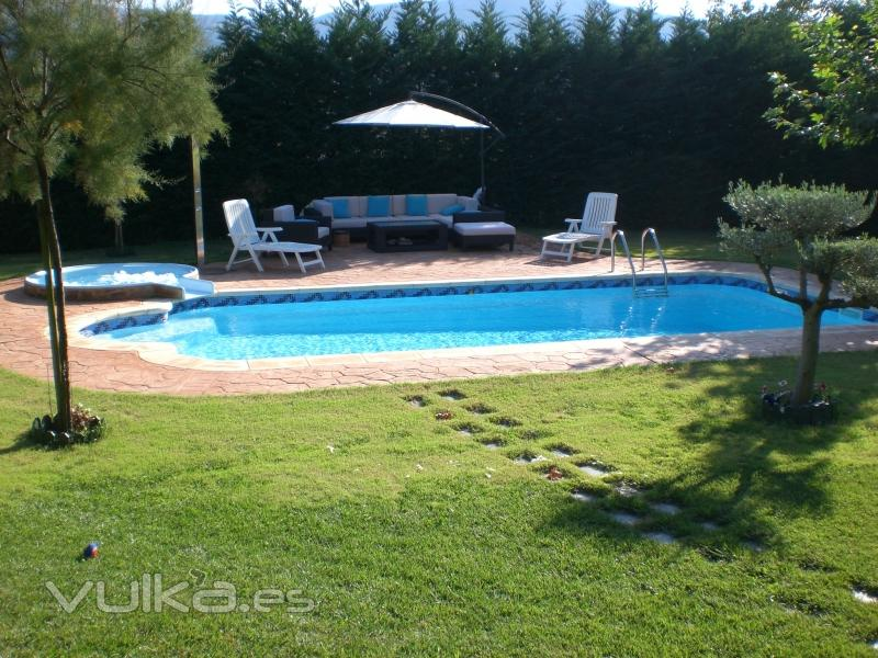 Foto piscina modelo 4900 con jacuzzi en cascada for Modelos de piscinas con cascadas