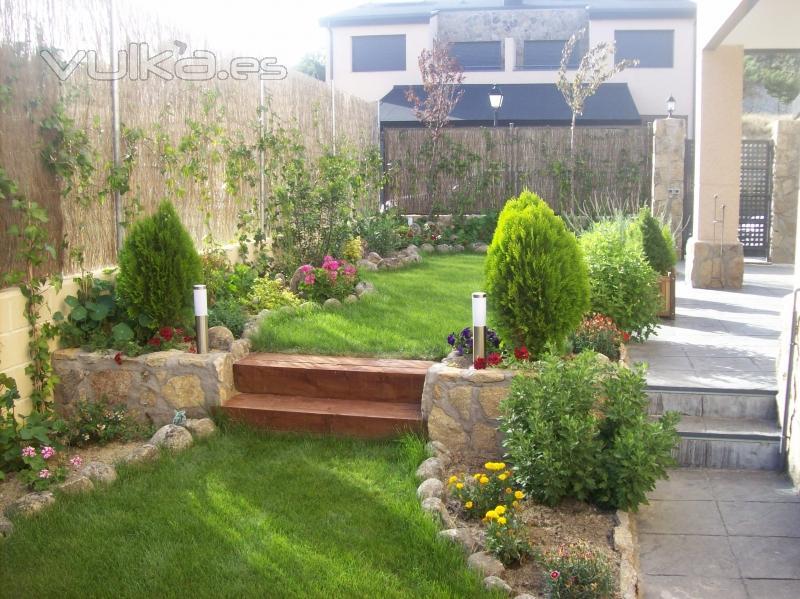 Foto dise o de jard n con c sped antural y mezcla con jardineras de piedra y plantas - Plantas para jardineras exteriores ...