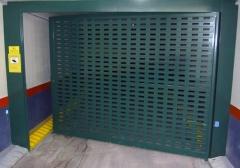Puerta batiente autom�tica de una hoja fabricada con chapa troquelada para ventilaci�n