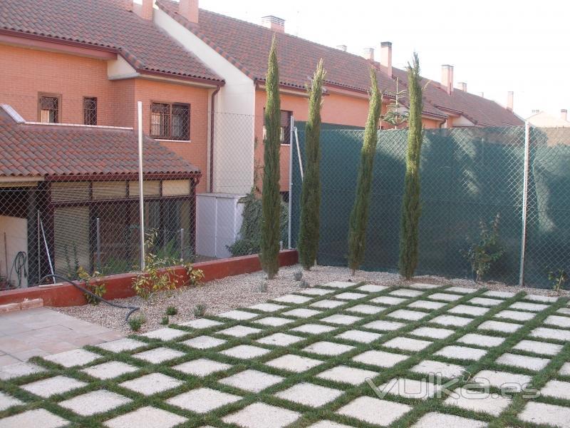 Foto suelo de jardin con llagas de cesped entre losas for Suelos para jardines fotos