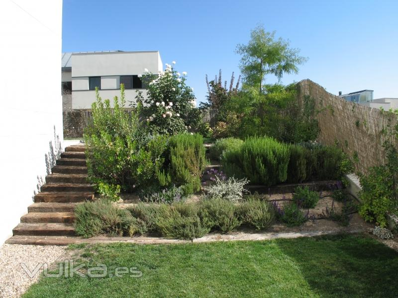Foto talud con arbustos y escalera para salvar la for Budas grandes para jardin