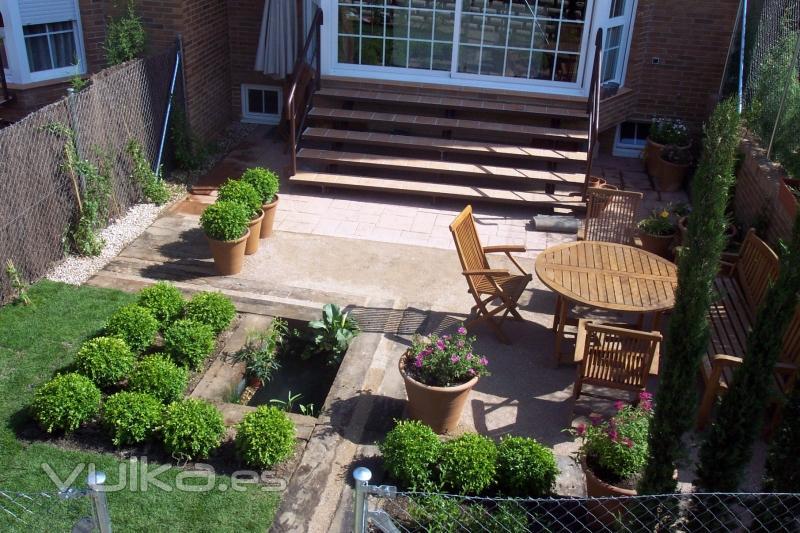 Foto peque o jardin con estanque y bolas de boj - Jardin con estanque ...