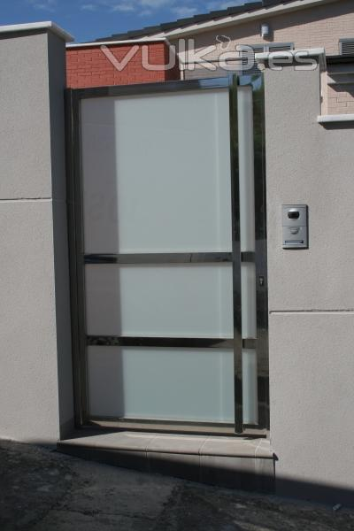 Foto puerta valla en acero inoxidable brillo y cristal laminado - Vallas de acero inoxidable ...