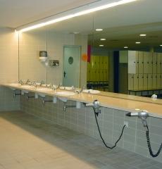 Vestuarios equipados con gel, secadores de pelo y centrifugadora de bañadores.