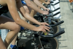 3 amplias salas para actividades dirigidas, una especial ciclismo indoor