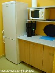 Cocina provista de botellero, frigo combi, cafetera, microondas, etc.