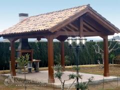 Pergolas a dos aguas con cubierta de tejas y chimenea integrada