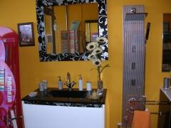 Elegante mueble de baño con encimera tallada