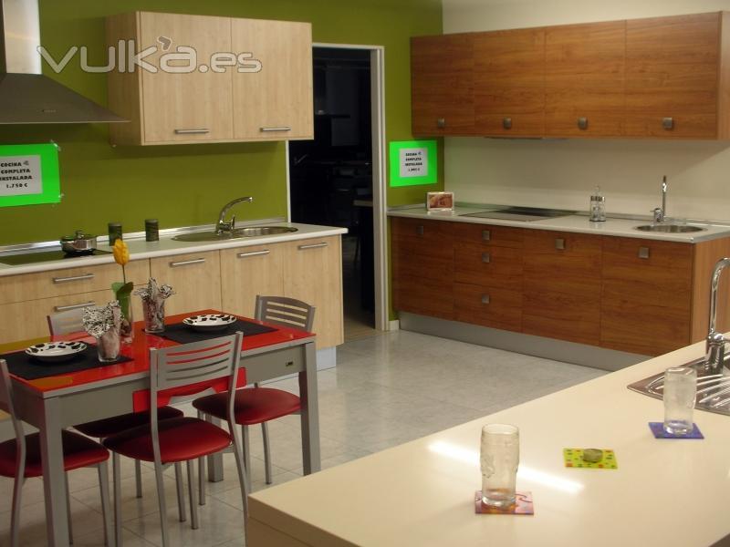 Foto cocina clara completa con electrodomesticos for Cocinas completas con electrodomesticos