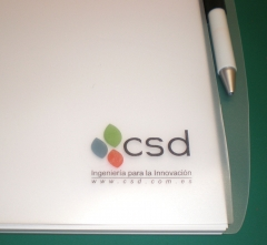 Carpetas y bolígrafos personalizados