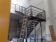 Escalera metalica con barandilla sencilla