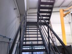Escalera metalica diferenta vista