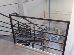 Barandilla metalica y escalera de fondo