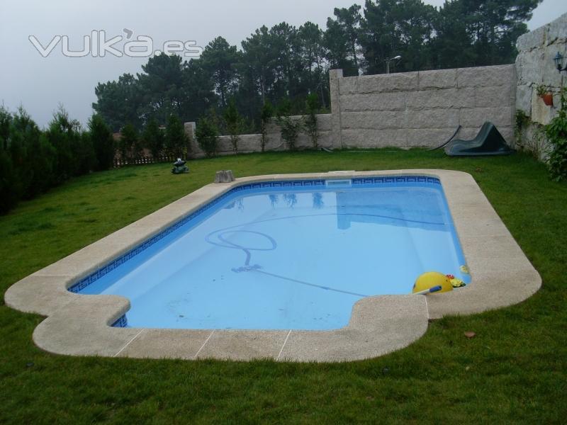 Foto piscina modelo roma con acera en piedra - Piscinas de piedra ...