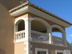 Balcón con balaustradas y arcos