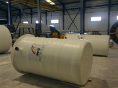 Dise�o, fabricaci�n e instalaci�n de dep�sitos de poli�ster para contener agua y  l�quidos